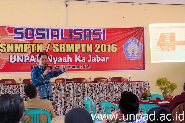 Direktur Tata Kelola & Komunikasi Publik Unpad, Dr. Soni A. Nulhaqim saat melakukan sosialisasi SNMPTN 2016 dan Program Unpad Nyaah ka Jabar di Aula SMAN 2 Kota Sukabumi, Senin (22/02) lalu. (Foto oleh: Arief Maulana)*