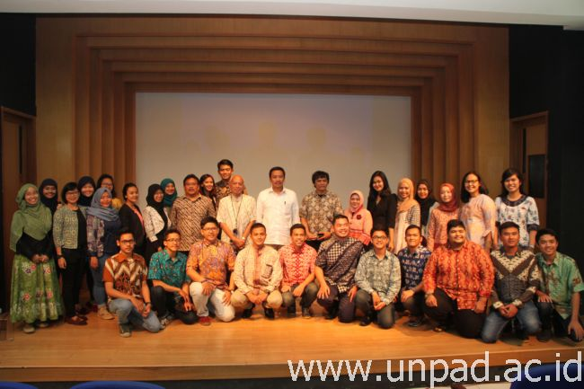 PSM Unpad dan pimpinan Unpad berfoto bersama dengan Menpora Imam Nahrawi di Bale Rumawat Unpad Jln. Dipati Ukur 35 Bandung, Jumat (13/02). (Foto oleh: Tedi Yusup)*