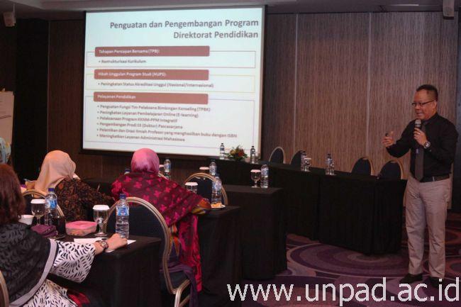 Direktur Pendidikan Unpad, Prof. Dr. Budi Setiabudiawan, dr., Sp.A-K., M.Kes., saat memberikan pengantar pada Lokakarya Penyusunan Learning Outcome (LO), Rencana Pembelajaran Semester (RPS), dan Modul Tahapan Persiapan Bersama (TPB), Kamis (3/03) di Hotel Aston Primera, Bandung. (Foto oleh: Dadan T.)*