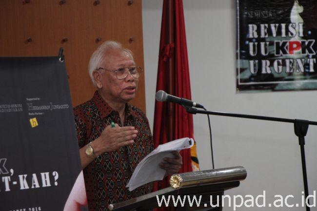"""Prof. Bagir Manan saat memberikan keynote speech pada Seminar """"Revisi UU KPK: Urgent-kah?"""" di Auditorium Gedung Perpustakaan FH Unpad, Jalan Dipati Ukur No. 35, Bandung, , Jumat (4/03). (Foto oleh: Tedi Yusup)*"""