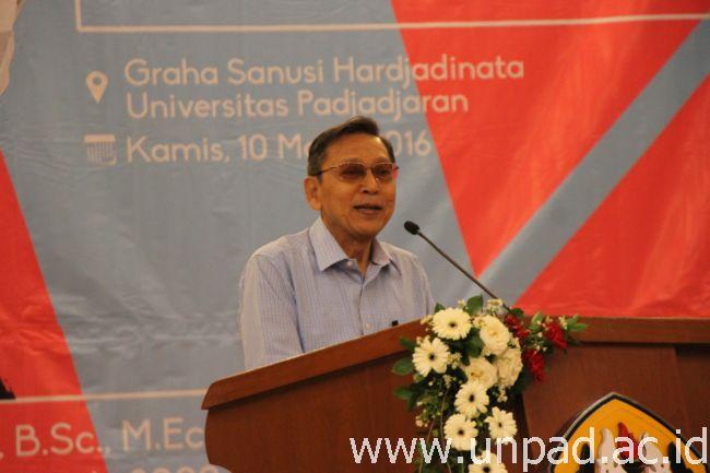 """Prof. Dr. Boediono, B.Ec., M.Ec., saat memberikan kuliah umum """"Keterkaitan Pengelolaan Ekonomi Berdasarkan Nilai-nilai Pancasila"""" di Grha Sanusi Hardjadinata Unpad Bandung, Kamis (10/03). (Foto oleh: Tedi Yusup)*"""