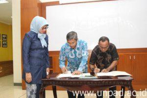 Dekan FTIP Unpad Dr. Ir. Edy Suryadi, MT.,  dan Staf Perencanaan Dinas Pertanian Provinsi Maluku, Motahar Litioly, S.Pt.