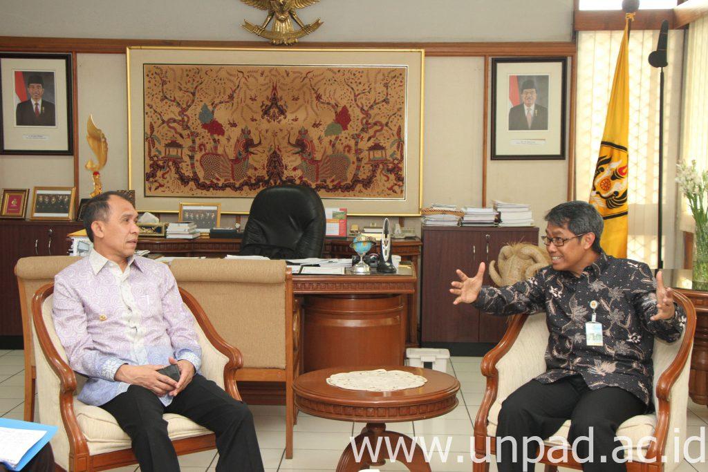 Gubernur Maluku, Ir. Said Assagaf, dan Rektor Unpad, Prof. Tri Hanggono Achmad, di Ruang Rektor Unpad Jln. Dipati Ukur 35 bandung, Selasa (19/04). (Foto oleh: Tedi Yusup)*