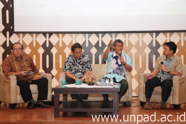 "Kiri ke kanan: Ketua Ika Unpad, Sapta Nirwandar, Ketua MWA Unpad, Rudiantara, Rektor Unpad, Prof. Tri Hanggono Achmad, dan moderator Slamet Usman, MSi., saat sarasehan bertema ""Kontribusi dan Peran Strategis Unpad dalam Pembangunan Indonesia"" di Bale Santika Unpad Jatinangor, Sabtu (16/04). (Foto oleh: Tedi Yusup)*"