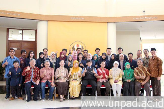 Peserta seleksi Mawapres Unpad 2016 foto bersama dengan para dosen dan pimpinan Unpad (Foto oleh: Arief Maulana)*