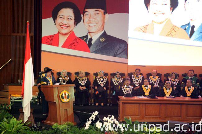 Hj. Mégawati Soekarnoputri medar orasi ilmiah basa dilélér gelar Doktor Honoris Causa di Grha Sanusi Hardjadinata Unpad, Jln. Dipati Ukur 35 Bandung, Rebo (25/05). (Foto kénging: Dadan T.)*