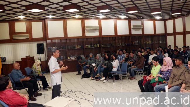 Rektor Unpad, Prof. Tri Hanggono Achmad, saat diskusi mengenai peran mahasiswa dalam pengembangan kampus di Ruang Serba Guna Gedung 1 lantai 3 Unpad , Jln. Dipati Ukur No. 35 Bandung, Minggu (19/06). (Foto oleh: Dadan T.)*