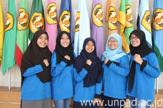 Lima mahasiswa Fakultas Peternakan Unpad yang memperkenalkan formulasi ransum menggunakan Excel yang mampu menghasilkan efisiensi pemberian pakan ternak. (Foto oleh: Tedi Yusup)*