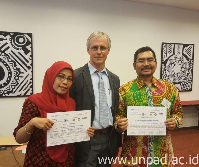 Dr. Mudiyati Rahmatunnisa dan Dr. med. Setiawan saat menerima sertifikat partisipasi dari Prof. Peter Mayer sebagai Course Director International Dean's Course - South East Asia di Jerman yang dilaksanakan pada 20 Juni - 1 Juli 2016 *