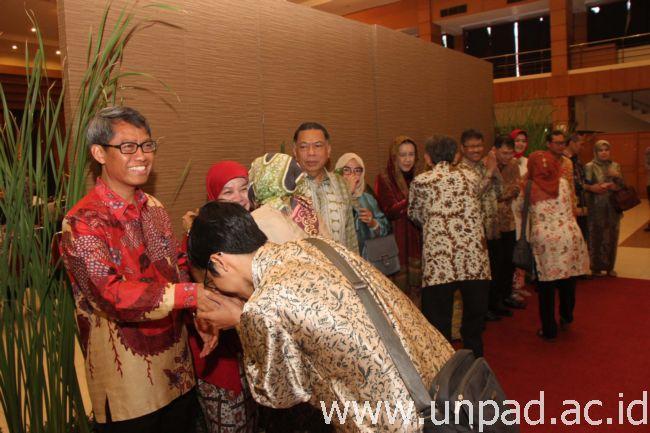 Rektor Unpad, Prof. Tri Hanggono Achmad, bersilaturahim pada kegiatan Halal Bihalal Keluarga Besar Unpad di Grha Sanusi Hardjadinata, Jln. Dipati Ukur 35 Bandung, Rabu (13/07). (Foto oleh: Tedi Yusup)*