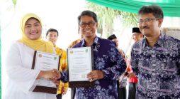 Rektor Unpad, Prof. Tri Hanggono Achmad, dan Bupati Bekasi, Bupati Bekasi, Neneng Hasanah Yasin, usai penandatanganan Nota Kesepahaman di Kabupaten Bekasi, Jumat (22/07). (Foto oleh: Dadan T.)*
