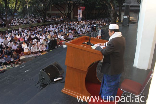 Prof. Dr. Sudrajat Supian, M.Sc., dina hutbah Idul Fitri 1437 H di Lapang Parkir Kampus Unpad, Jalan Dipati Ukur No. 35, Bandung, Rebo (06/07) nak. (Foto kénging: Tédi Yusup)*