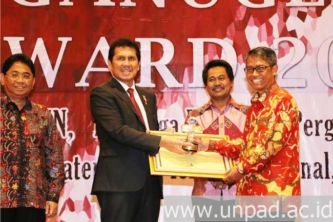 Rektor Unpad, Prof. Tri Hanggono Achmad (paling kanan) menerima penghargaan dari Menteri Pendayagunaan Aparatur Negara & Reformasi Birokrasi, Asman Abnur, SE., M.Si., atas prestasi UPT Kearsipan Unpad meraih juara 1 Lembaga Kearsipan PTN Terbaik Nasional pada Malam Penanugerahan ANRI Award di Jakarta, Rabu (17/08). (Foto oleh: Erman)