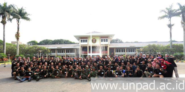 Foto bersama para Calon Dosen Tetap Non PNS Unpad yang baru selesai menjalani pelatihan Bela Negara di halaman Gedung Rektorat Unpad Bandung, Minggu (7/08). Pelatihan berlangsung di Situ Lembang pada 4-7 Agustus 2016 lalu. (Foto oleh: Dadan T.)*