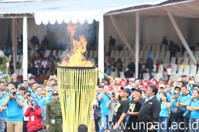 Rektor Unpad, Prof. Tri Hanggono Achmad, menyalakan api obor saat membuka pelaksanaan Olimpiade Olah Raga Tradisional ke-9 Unpad di Stadion Jati Unpad, Jatinangor, Minggu (28/08). (Foto oleh: Dadan T.)*
