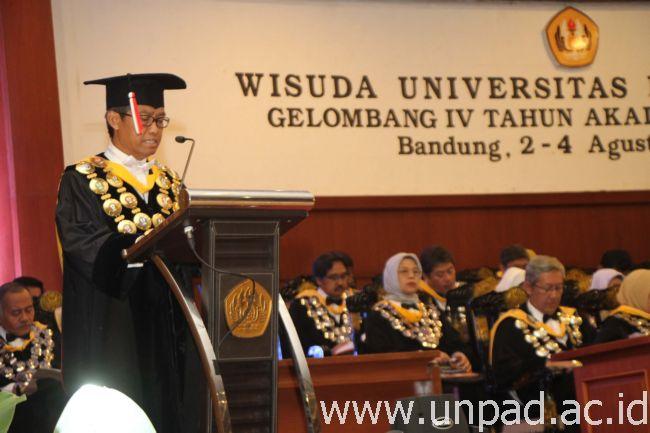Rektor Unpad, saat menyampaikan pidato pada Wisuda Unpad Gelombang IV Tahun Akademik 2015/2016 di Grha Sanusi Hardjadinata Unpad, Selasa (2/08). (Foto oleh: Tedi Yusup)*