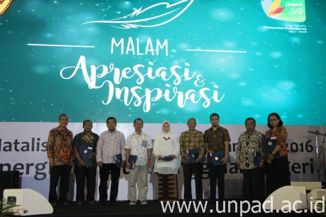 """Sebagian penerima penghargaan di """"Malam Apresiasi dan Inspirasi"""" peringatan Dies Natalis ke-59 Unpad di Grha Sanusi Hardjadinata Unpad, Bandung, Rabu (14/09) malam. (Foto oleh: Tedi Yusup)*"""