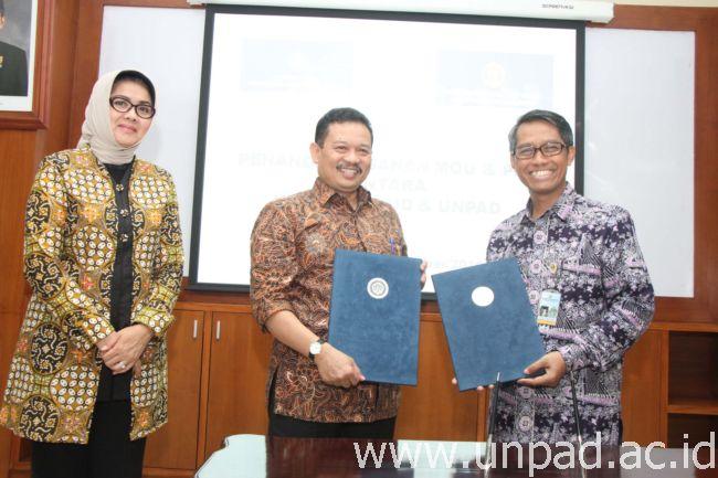 Sekjen Kemendikbud RI, Didik Suhardi, PhD. (tengah) dan Rektor Unpad, Prof. Tri Hanggono Achmad, serta Wakil Rektor III Unpad, Dr. Keri Lestari, S.Si., M.Si., Apt., usai penandatanganan Nota Kesepahaman di Executive Lounge Unpad, Jln. Dipati Ukur 35 Bandung, Rabu (7/09) malam. (Foto oleh: Tedi Yusup)*