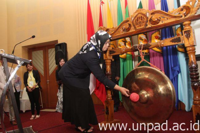 Dekan Fakultas Psikologi, Dr. Hendriati Agustiani, M.Si., saat pembukaan simposium di Bale Sawala Unpad Jatinangor, Kamis (8/09). (Foto oleh: Tedi Yusup)*