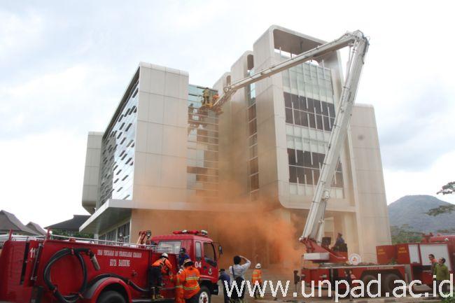 Simulasi mitigasi bencana di Laboratorium Sentral Unpad Jatinangor, Selasa (11/10). (Foto oleh: Tedi Yusup)*