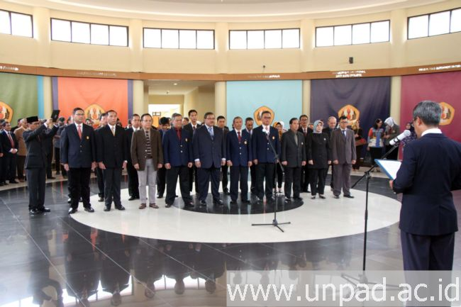 Pelantikan sejumlah pimpinan baru di lingkungan Unpad oleh Rektor Unpad di Executive Lounge Gedung Rektorat Unpad Jatinangor, Kamis (17/11). (Foto oleh: Tedi Yusup)*