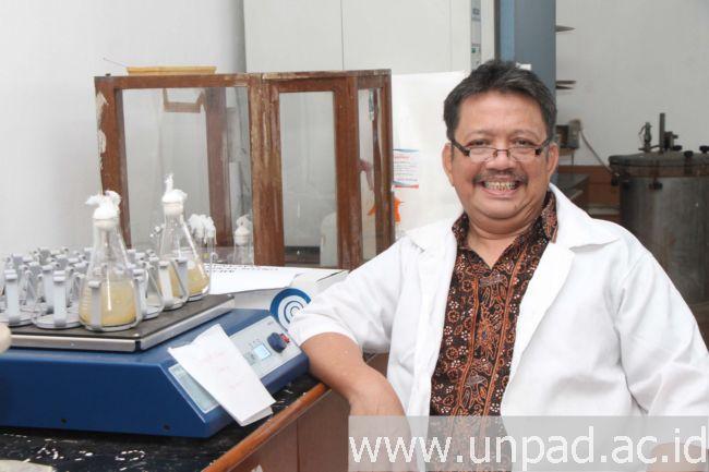 Prof. Dr. Toto Subroto, M.S. (Potrét kénging: Tédi Yusup)*