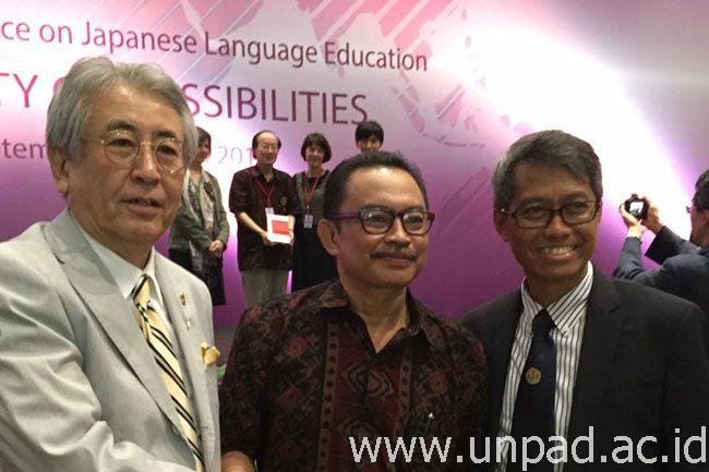 Kiri ke kanan: President and CEO Fujiko Pro.,Co.Ltd, Mr. Zenshow Ito, Ketua ASPBJI, Dr. Agus S. Suryadimulya, M.A., dan Rektor Unpad, Prof. Tri Hanggono Achmad *