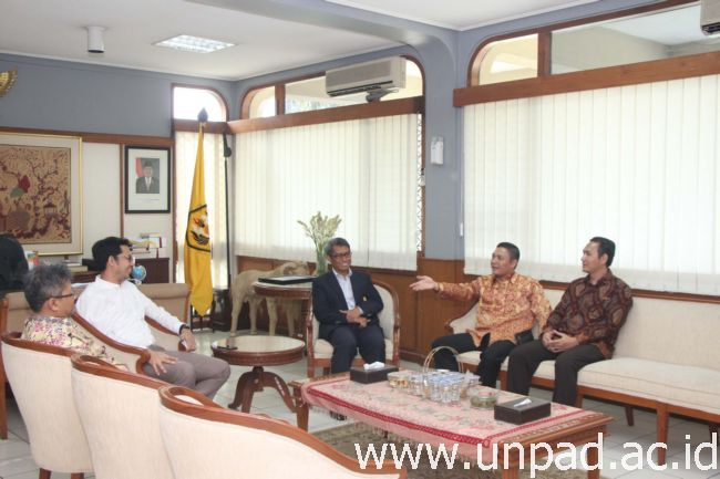 Pingpinan KPI Pusat gunem catur pingpinan Unpad di Ruang Réktor Unpad, Jln. Dipati Ukur 35 Bandung, Kemis (1/12). (Potrét kénging: Tédi Yusup)*