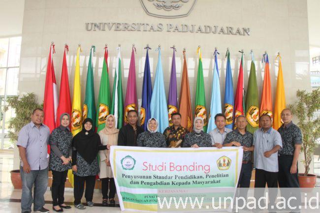 Tim Pusat Penjaminan Mutu Universitas Khairun berfoto bersama dengan tim Satuan Penjaminan Mutu Unpad di lobi Gedung Rektorat Unpad Jatinangor, Kamis (15/12). (Foto oleh: Tedi Yusup)*
