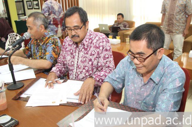 Penandatanganan Kontrak Kinerja 2017 Dekan dengan Rektor Unpad di Executive Lounge Unpad, Jln. Dipati Ukur 35 Bandung, Jumat (23/12). (Foto oleh: Tedi Yusup)*