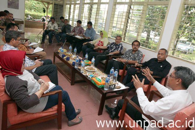 Rektor Universitas Padjadjaran, Prof. Tri Hanggono Achmad, saat menggelar rapat koordinasi terkait pengembangan kampus Arjasasi, di Gedung SPLPP Arjasari, Kabupaten Bandung, Jumat (30/12). (Foto: Arief Maulana)*