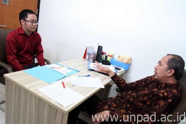 Dr. Ahmad Muhtadi, MS., Apt., sedang melakukan wawancara dengan peserta ujian SMUP Program Apoteker ( Foto oleh : Tedi Yusup)*