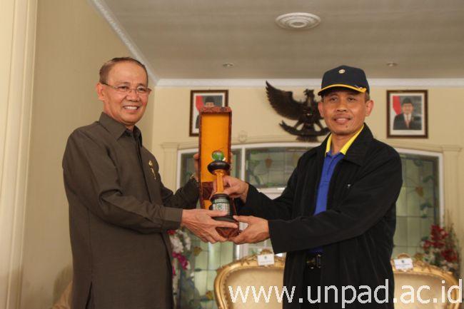 Wakil Bupati Majalengka, Dr. H. Karna Sobahi, M.MPd., dan Ketua Tim Adhoc KKNM, Prof. Dr. Tajudin Nur, M.Hum., di Pendopo Bupati Majalengka, Rabu (4/1). (Foto oleh: Tedi Yusup)*