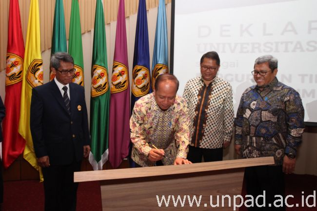 Minister of Research, Technology and Higher Education, Prof. Drs. H. Mohamad Nasir, M.Sc., Ak., PhD., CA. (right) and Rector of UnPad Prof. Tri Hanggono Achmad (left) signing the Declaration of Unpad as Corporate University in the presence of  Governor of West Java Ahmad Heryawan and the Chairperson of the Unpad Trustee Board in Bale Padjadjaran Sawala, Jatinangor, on Saturday (14/01). (Photo by: Tedi Yusup) *