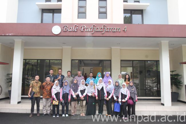 Perwakilan Kantor Internasional Unpad berfoto bersama Mahasiswa dan Dosen Faculty of Pharmacy Universitas Teknologi Mara (UiTM) Malaysia di depan asrama Bale Padjadjaran. (Foto oleh : Tedi yusup)*