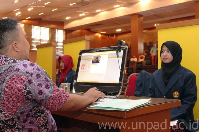 Mahasiswa baru program pascasarjana melakukan pembuatan Kartu Tanda Mahasiswa (KTM). (Foto : Arif Maulana)*