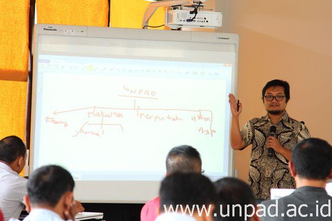 Konsultan Perpustakaan Nasional, Ismail Fahmi, saat memberikan materi pada Pelatihan Repository di Gedung Perpustakaan Pusat Unpad Kampus Jatinangor, Kamis (26/01). (Foto: Arief Maulana)*