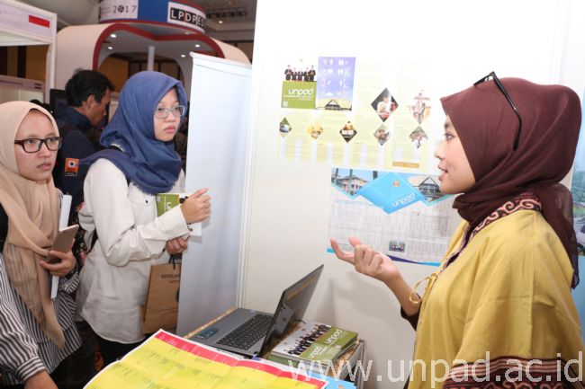 "Perwakilan Unpad memberikan informasi kepada pengunjung pada Pameran Pendidikan Tinggi dan Beasiswa ""LPDP Edufair 2017"" di Jakarta. (Foto oleh : Arif Maulana)*"
