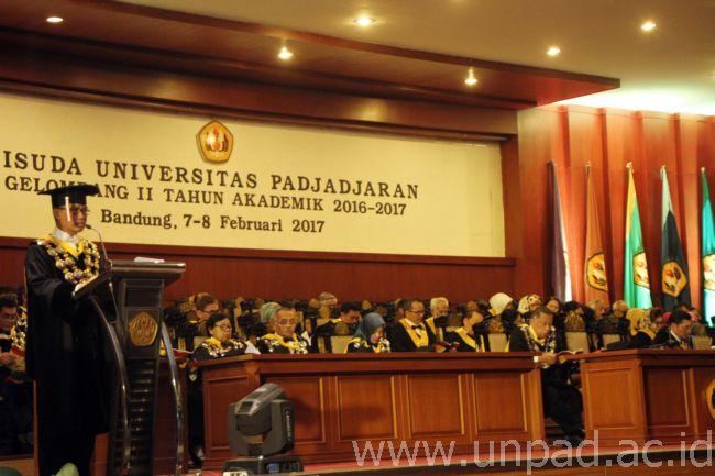 Rektor Unpad Prof. Dr. med. Tri Hanggono Achmad, dr. menyampaikan pidato pada Wisuda Lulusan Gelombang II Tahun Akademik 2016/2017 di Graha Sanusi Hardjadinata , kampus Iwa Koesoemasoemantri Universitas Padjadjaran, Bandung. (Foto oleh : Tedi Yusup)*