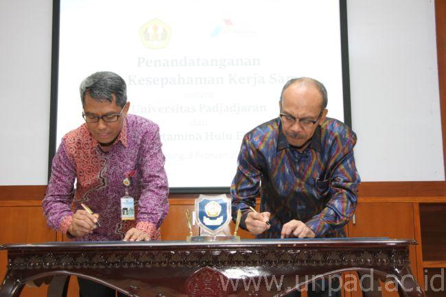 Rektor Unpad, Prof. Tri Hanggono Achmad dan Direktur Utama PT. PHE, R. Gunung Sardjono Hadi menandatangani Nota Kesepahaman di Ruang Executive Lounge Unpad, Kampus Iwa Koesoemasoemantri, Bandung, Kamis (9/2). (Foto oleh : Tedi Yusup)*
