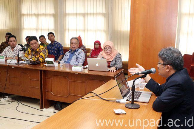 Wakil Rektor Bidang Akademik dan Kemahasiswaan Unpad, Dr. Arry Bainus, M.A., saat menerima perwakilan pimpinan Universitas Lampung di Ruang Executive Lounge Unpad, Jalan Dipati Ukur No. 35, Bandung, Selasa (14/02). (Foto: Arief Maulana)*
