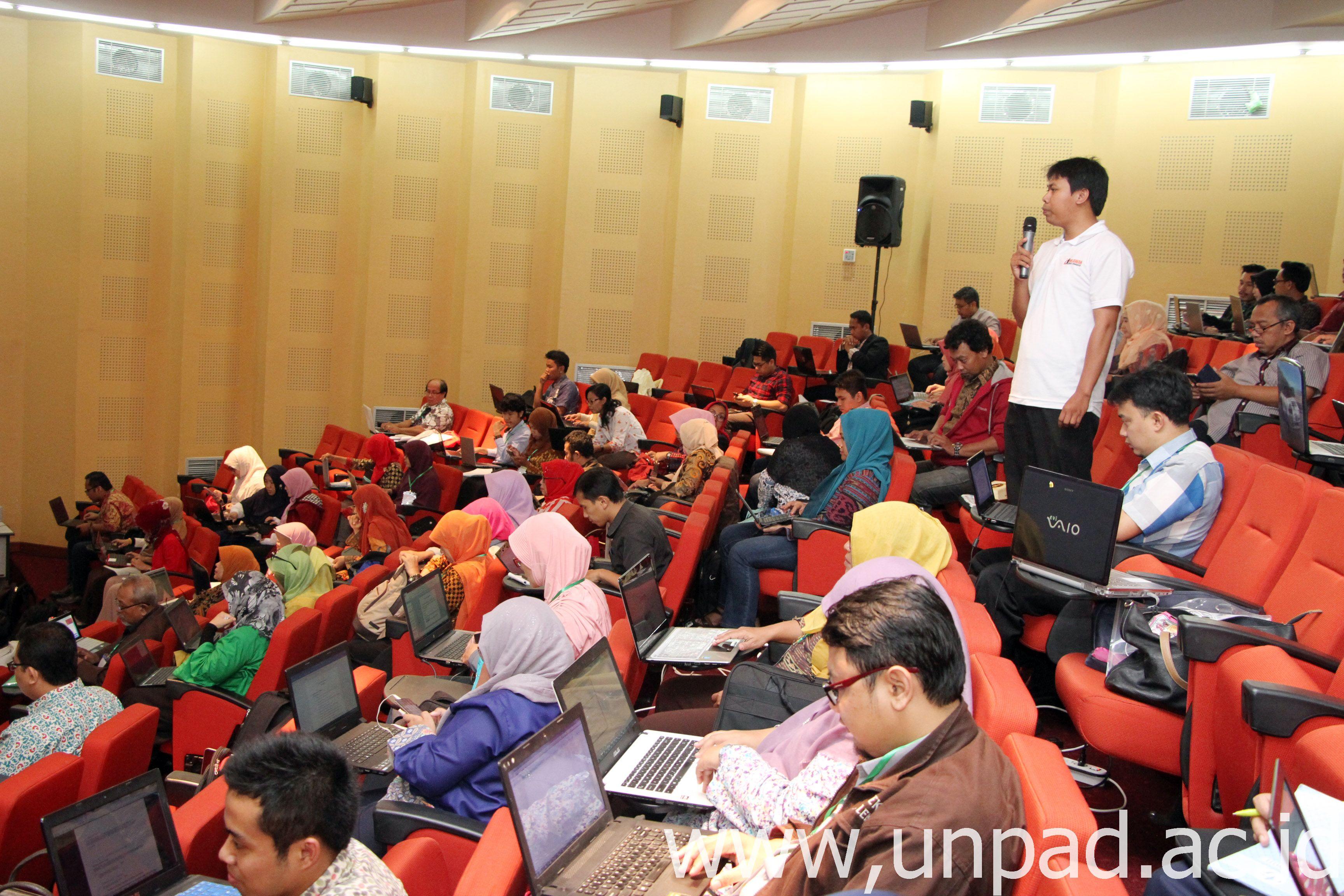 Suasana Workshop Pengelolaan dan Teknik Penulisan Jurnal Elektronik Terstandar Akreditasi di Bale Sawala, Gedung Rektorat Unpad kampus Jatinangor, Rabu (15/2). (Foto: Tedi Yusup)*