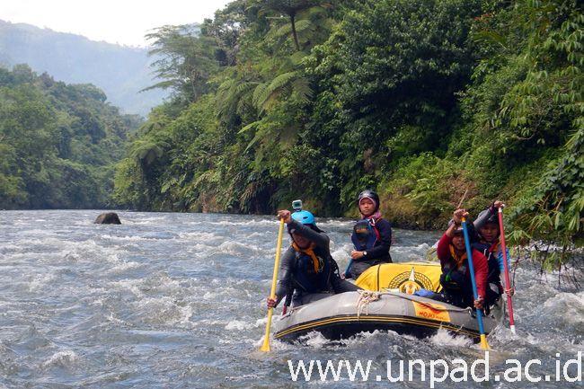 Tim UKM Palawa Universitas Padjadjaran saat mengarungi dan melakukan pemetaan jeram di Sungai Ketahun yang berada di Kabupaten Lebong, Bengkulu, 8-17 Februari lalu.*