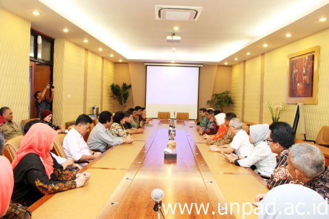 Rektor Unpad, Prof. Tri Hanggono Achmad menerima secara resmi tim asesor BAN PT di Ruang Rapat Rektor Gedung Rektorat Unpad Jatinangor, Jumat (03/03) (Foto oleh : Tedi Yusup)*