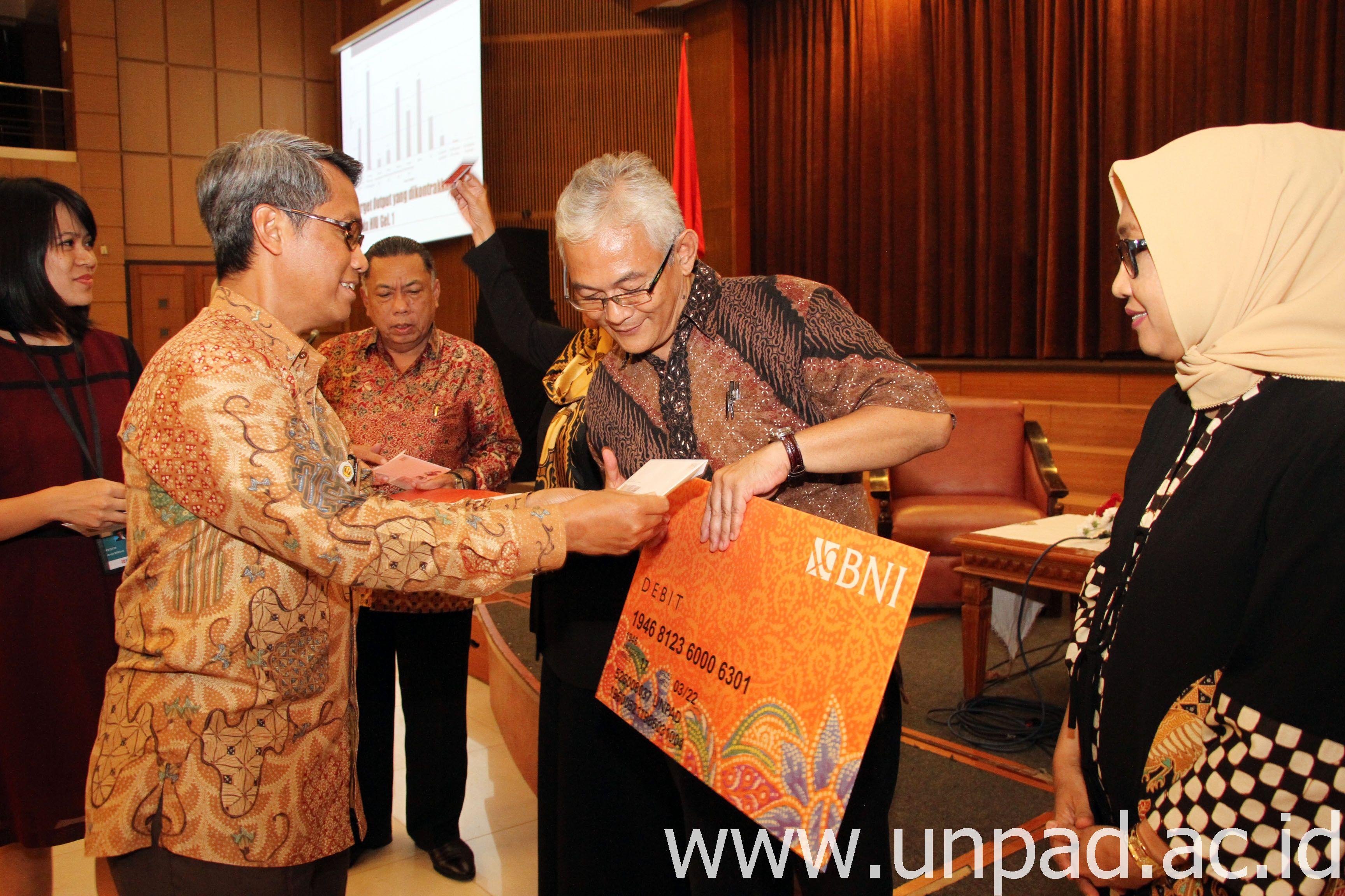 Rektor Unpad, Prof. Tri Hanggono Achmad, secara simbolis memberikan dana Hibah Internal Unpad Gelombang I di Grha Sanusi Hardjadinata Unpad, Rabu (15/03). (Foto: Tedi Yusup)