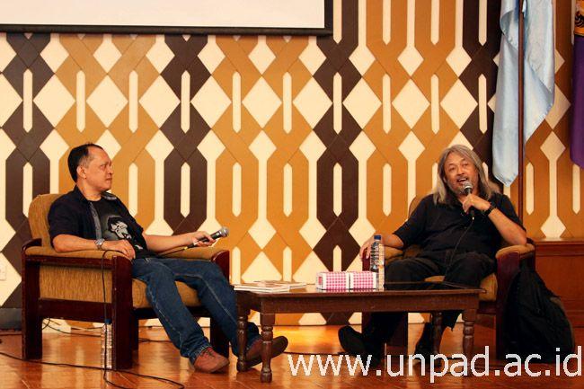 """Sastrawan Seno Gumira Ajidarma (kanan) saat menjadi pembicara dalam Diskusi Novel """"Drupadi"""" di Bale Santika Unpad Kampus Jatinangor, Senin (20/03). (Foto: Tedi Yusup)*"""