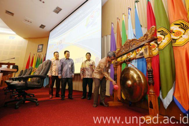 Konferensi Arsip Rektor Unpad Prof Tri Hanggono Achmad Memukul Gong Sebagai Tanda Dibukanya Nasional Penguatan Pemberdayaan Lembaga Kearsipan Perguruan Tinggi